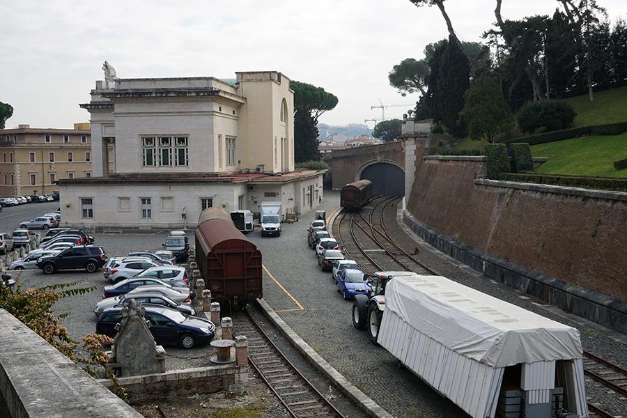 Stacja kolejowa w Watykanie z budynkiem dworca.