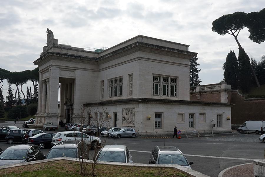Budynek dworca kolejowego w Watykanie.