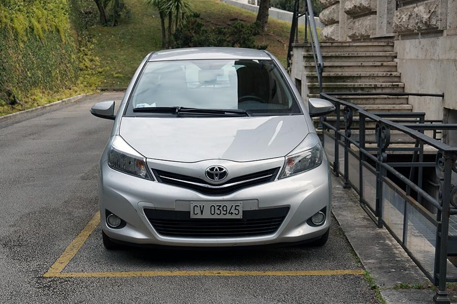 Samochód z numerami Państwa Watykan (CV lub CSV).