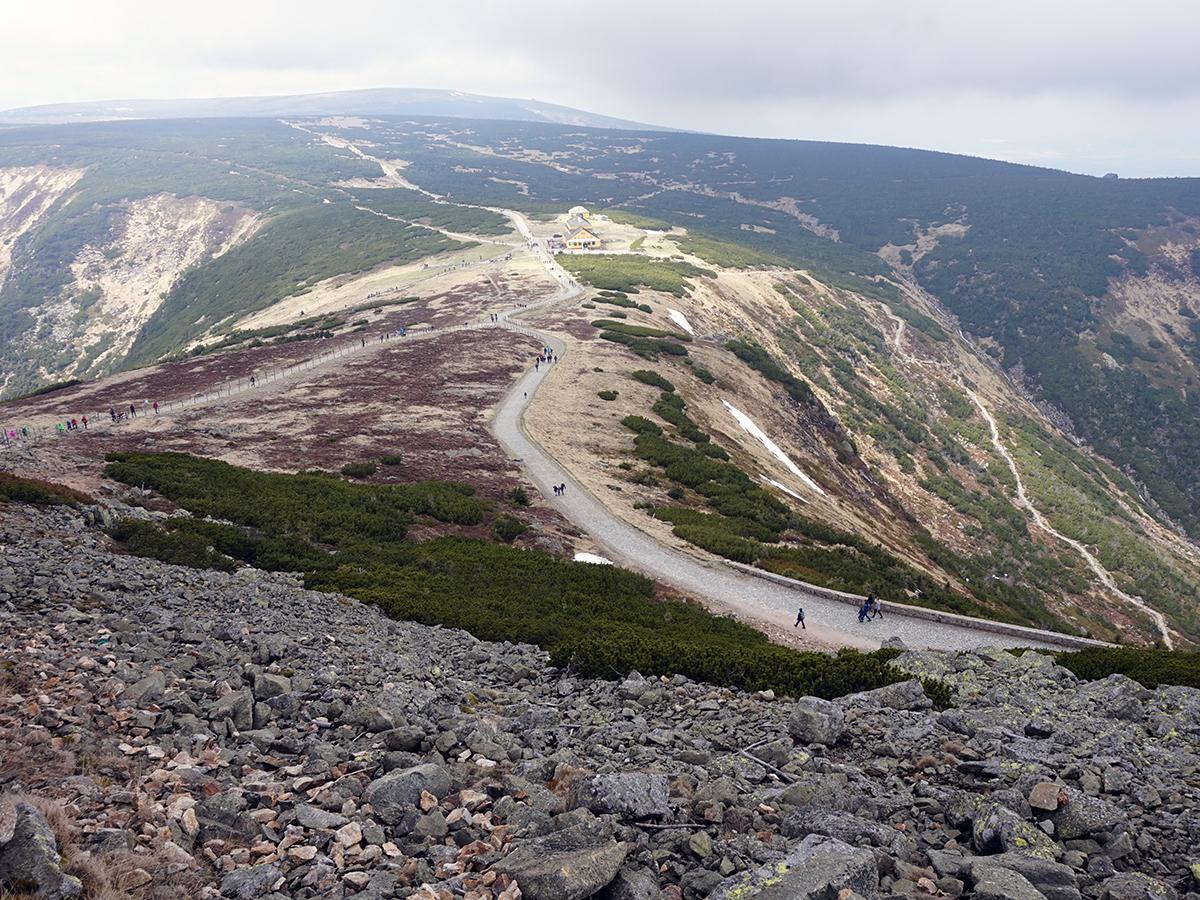 droga na Śnieżkę, widoczne dwie drogi na szczyt. Na horyzoncie Dom Śląski