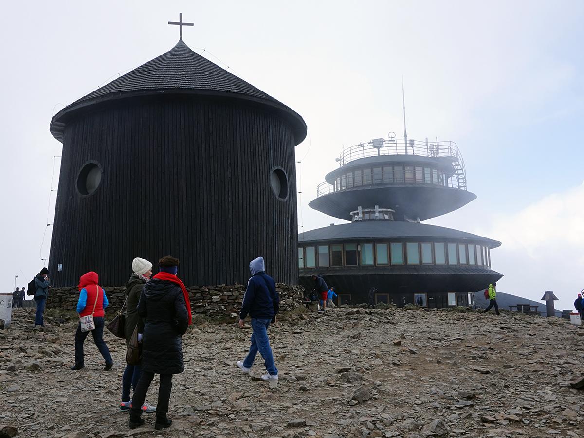 najwyższy szczyt Czech - Śnieżka 1602 metry n.p.m., Kaplica św. Wawrzyńca oraz budynek obserwatorium
