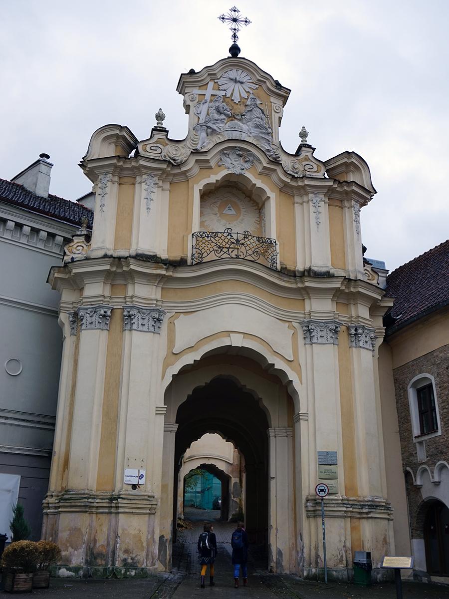 Brama Bazyliańska, najpiękniejsza brama Wilna. Za bramą znajduje się unicki kościół św. Trójcy oraz Klasztor Bazylianów, miejsce, gdzie był więziony Adam Mickiewicz.