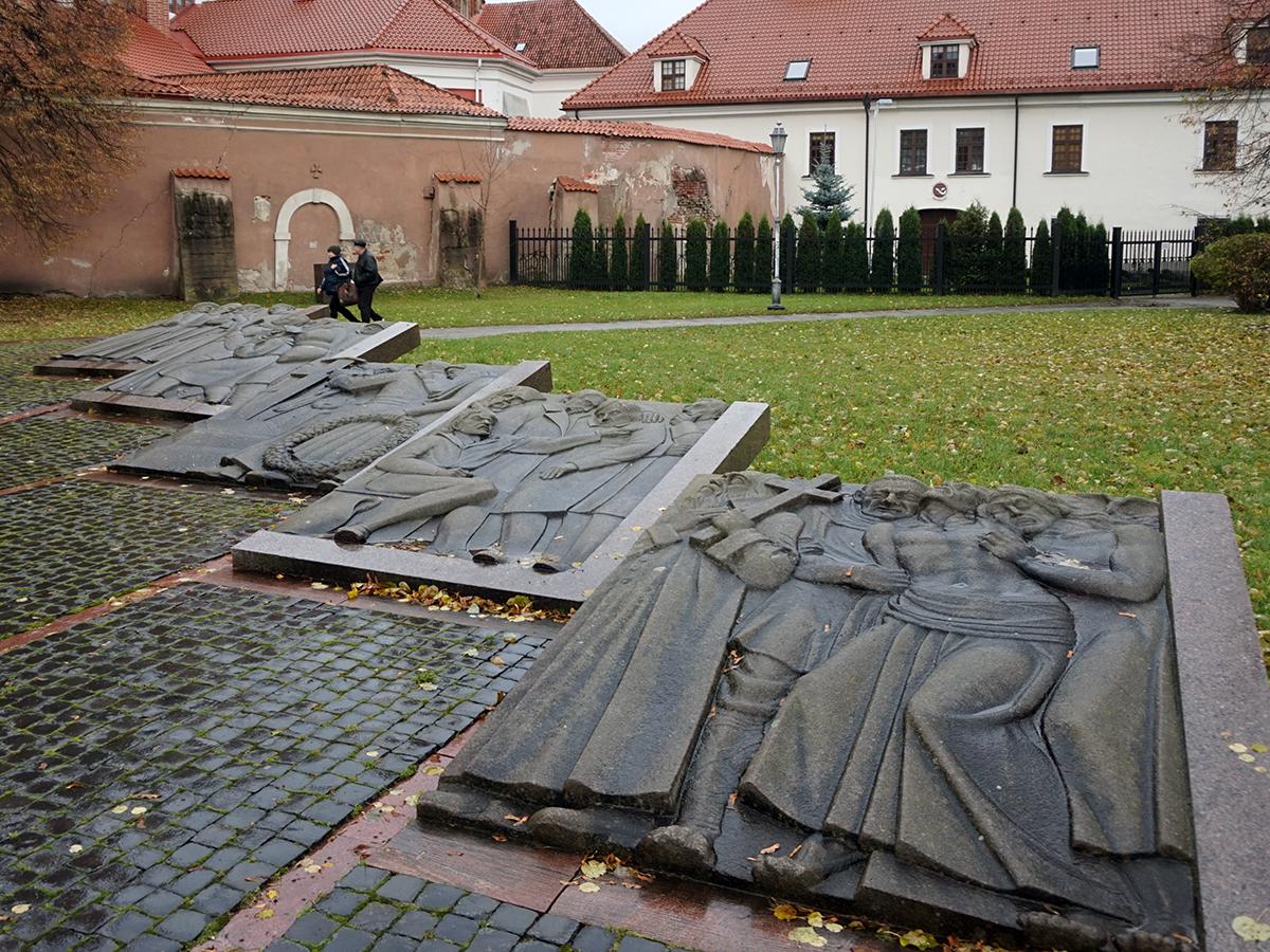 płaskorzeźby przed kościołem św. Anny