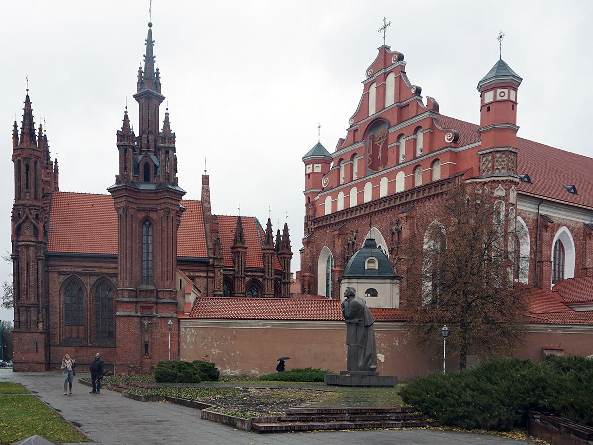 kościół św. Anny, piękny gotycki kościół. Na froncie znajduje się pomnik Adama Mickiewicza