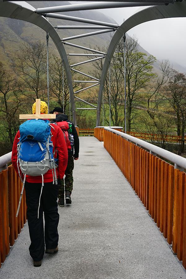 drewniano - betonowy most w drodze na szczyt Ben Nevis