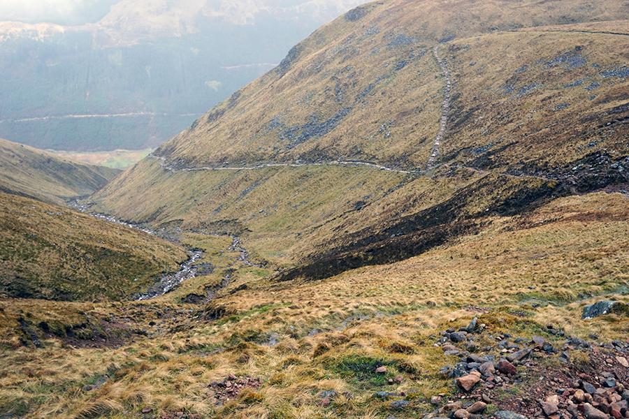 widok na odcinek trasy z podziałem na dwie drogi (łatwiejsza do góry oraz trudniejsza w prawo). W dole dolina Glen Nevis.
