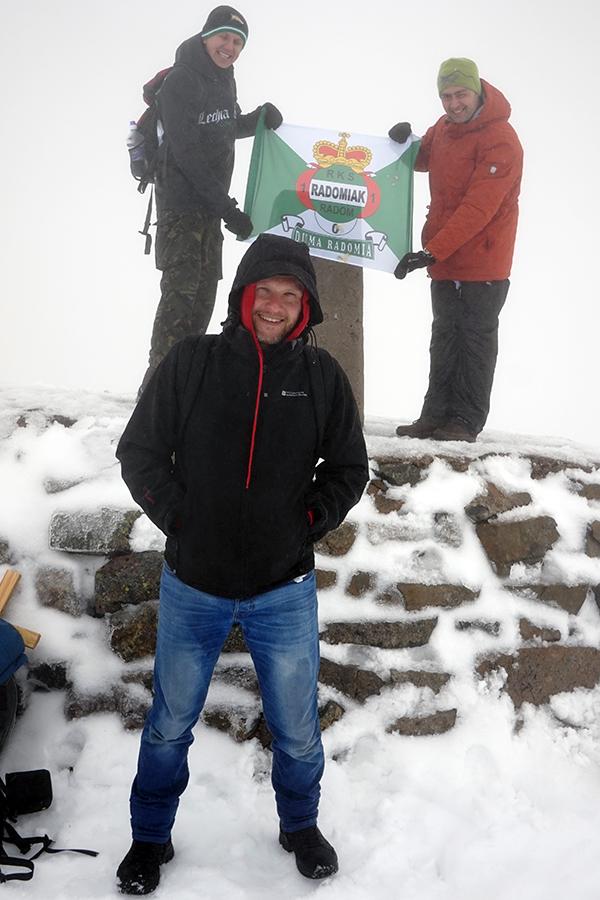 Ben Nevis, najwyższy szczyt Szkocji i Wielkiej Brytanii. Wysokość szczytu to 1344 m n.p.m. na szczycie Damian, Maciek i Karol (fani drużyny piłkarskiej z Radomia - Radomiaka)