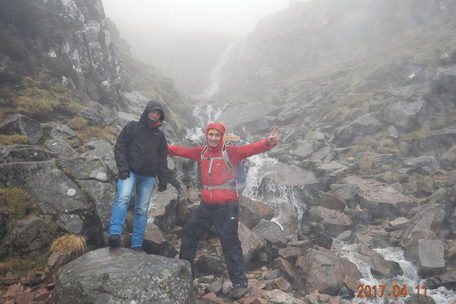 pierwszy plan Maciek i Karol. W tle wodospad przy trudniejszym wariancie szlaku. Początek mgły (zdjęcie Karol Adamski)