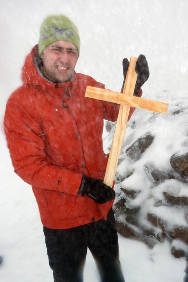 pogoda na szczycie jak i na końcowym podejściu zła. Karolowi jednak nie przeszkadzała w niesieniu jego krzyża (zdjęcie Karol Adamski)