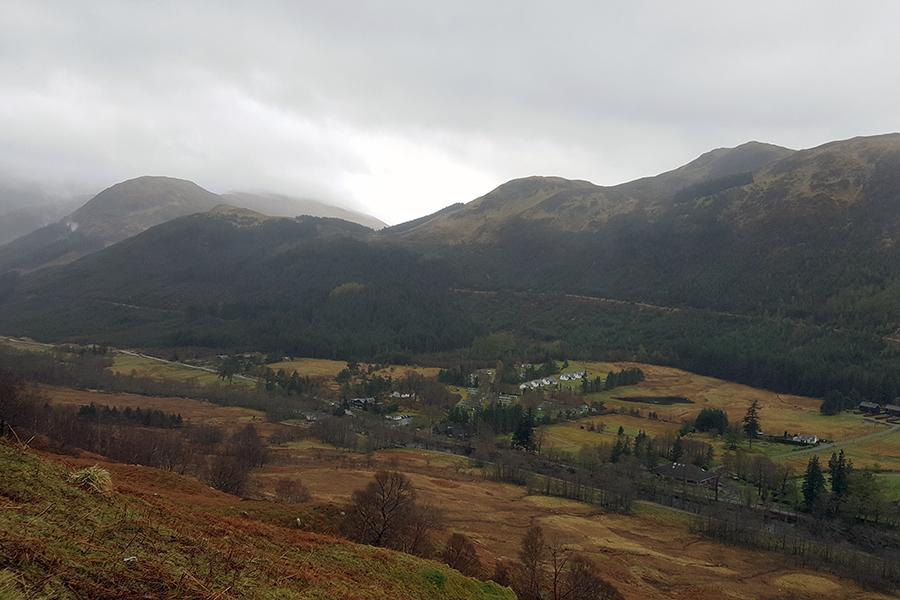 widok na dolinę Glen Nevis (po prawej stronie szlaku)