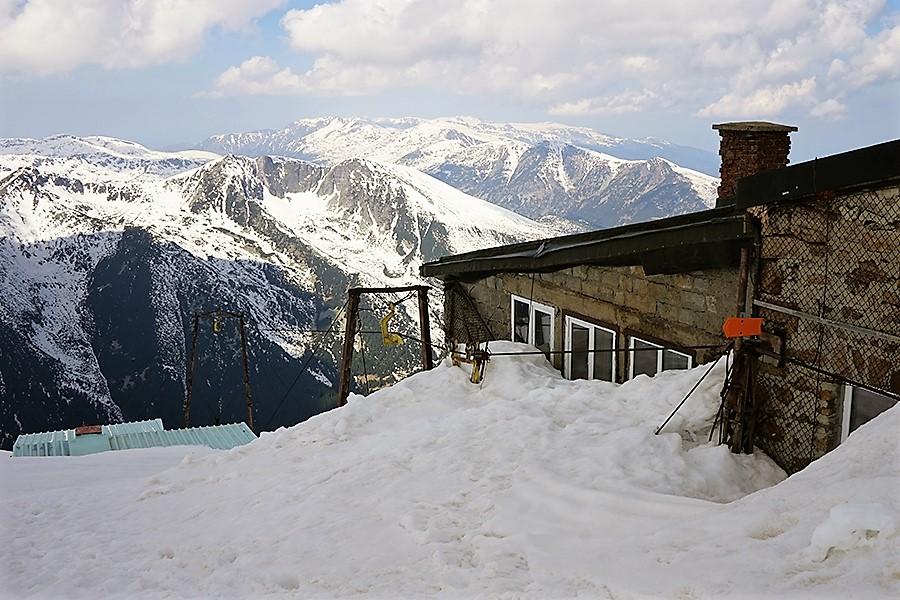 najwyższy szczyt Bułgarii, Musała 2925 m n.p.m. stacja meteo w tle panorama zachodnia