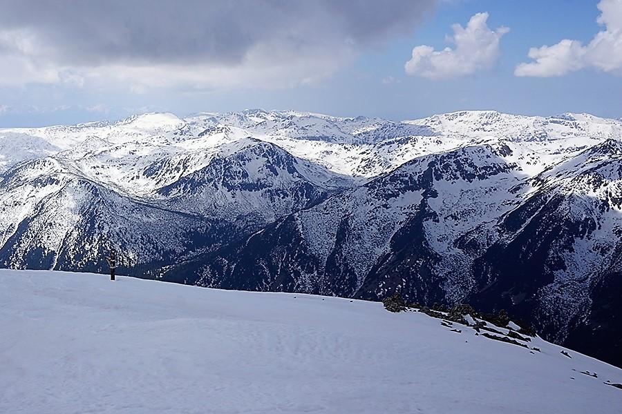 najwyższy szczyt Bułgarii, Musała 2925 m n.p.m. w tle panorama wschodnia