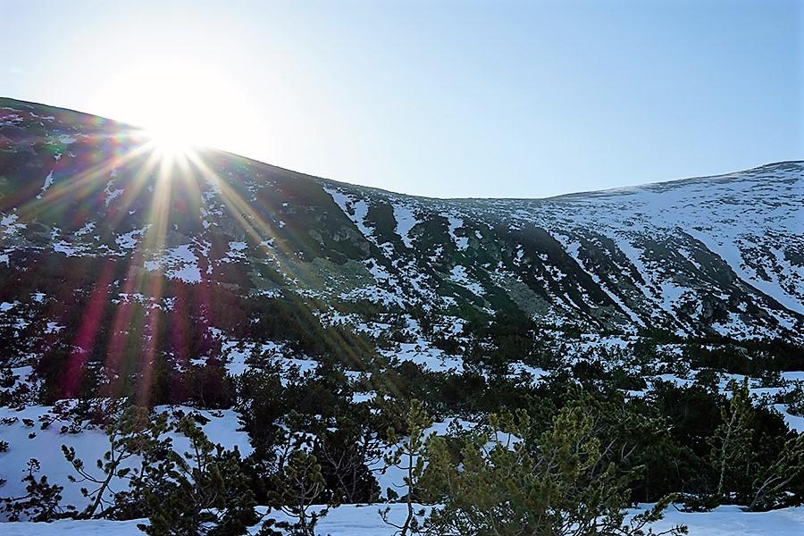 wschodnia graniowa ściana doliny i zaczynające operować słońce