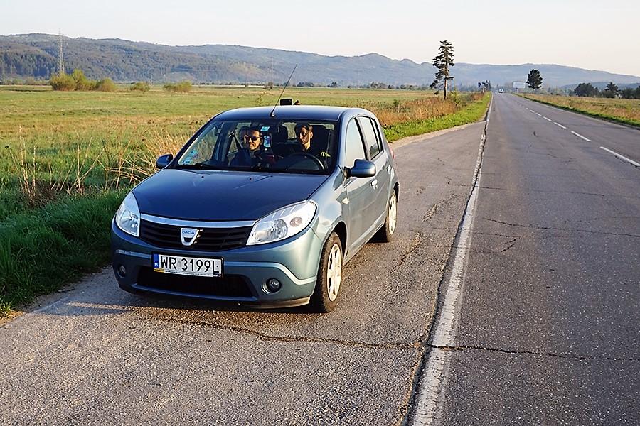 droga do Borowec (bułg. Боровец), ekipa w niezniszczalnym wyprawowym samochodzie marki Dacia