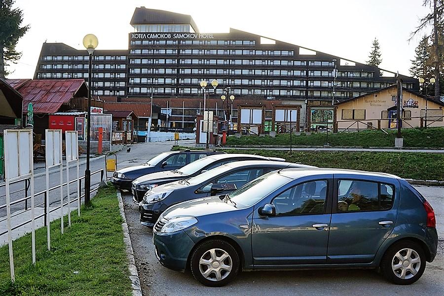 parking obok kolejki, na przeciwko niego znajduje się duży hotel Samokov