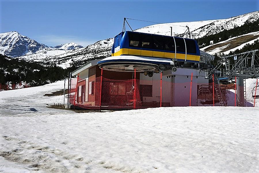 pierwsza stacja kolejki narciarskiej, w tle Musała