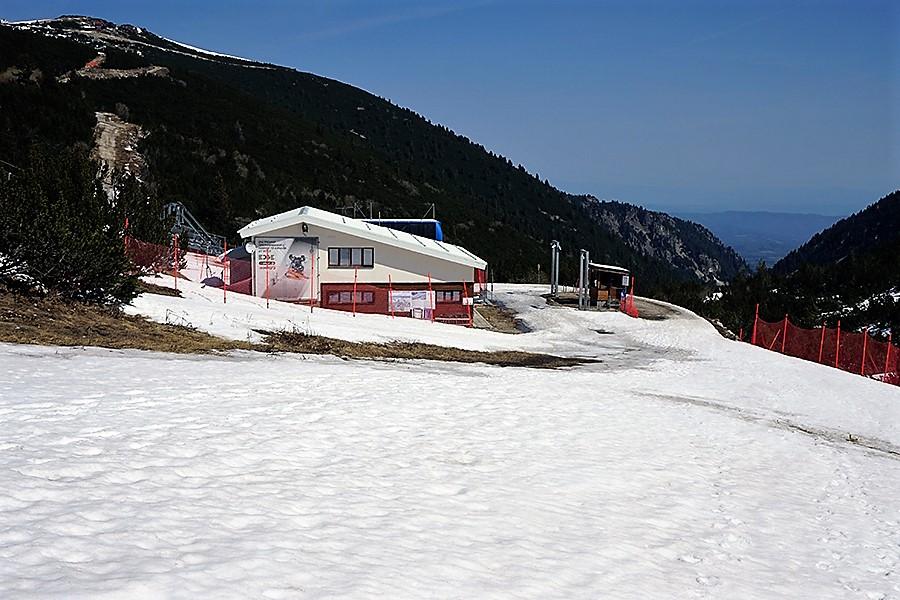 pierwsza stacja kolejki narciarskiej w tle górna stacja kolejki Jastrzębiec (bułg. Ястребец; 2369 m n.p.m.) oraz widoczne z niej zejście