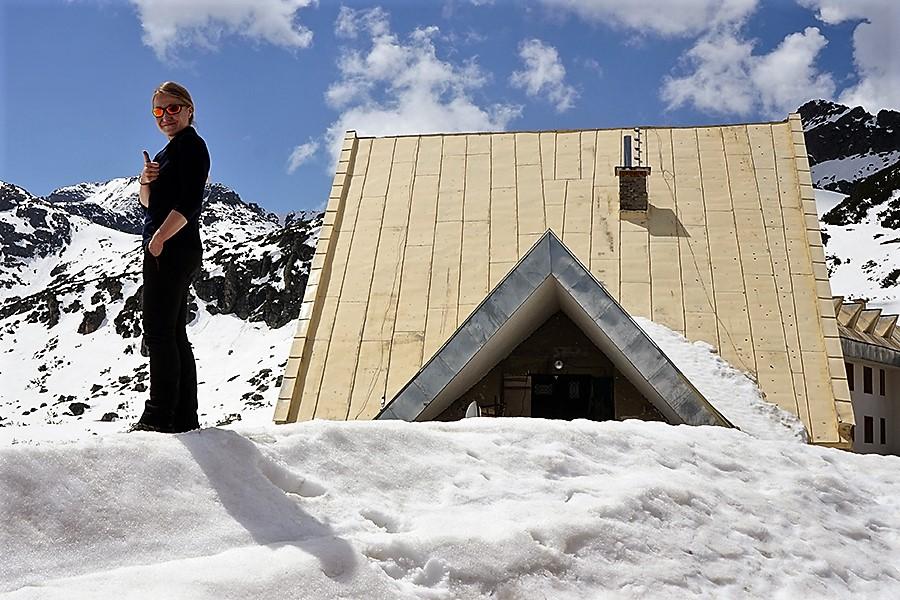"""schronisko """"Musała"""" (bułg. Хижа Мусала; 2389 m n.p.m.), budynek główny zasypany w śniegu"""