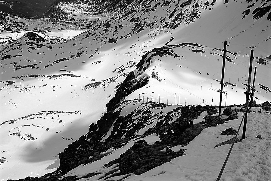 podejście na szczyt jest ubezpieczone stalową liną, wariant żebrem