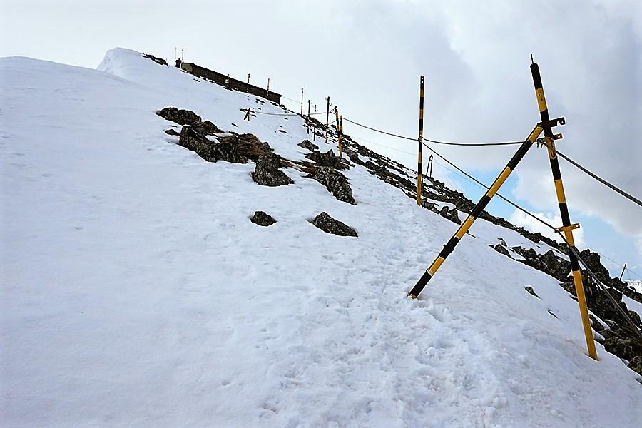 podejście na szczyt jest ubezpieczone stalową liną