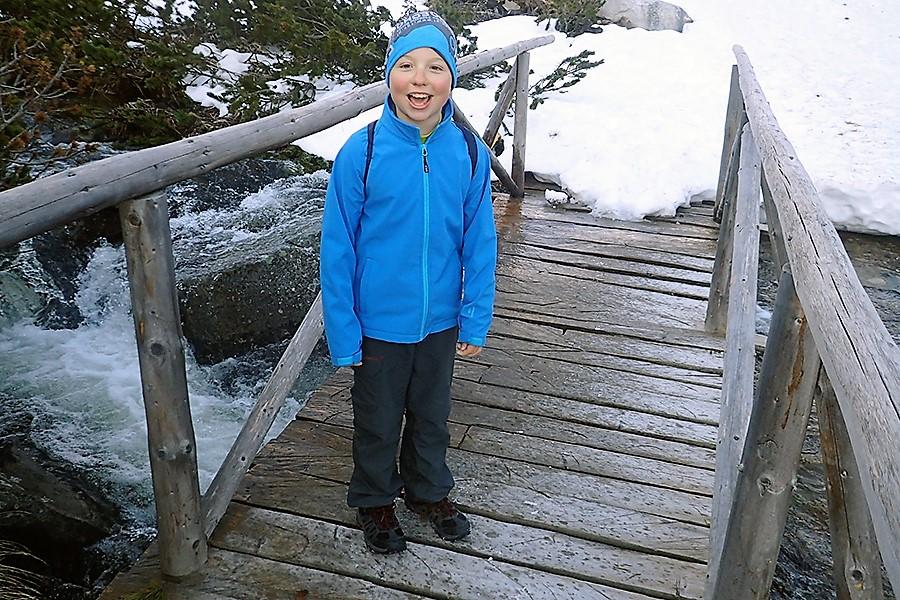 kolejny mostek przed stacją kolejki narciarskiej a na nim waleczny i uśmiechnięty Kajetan