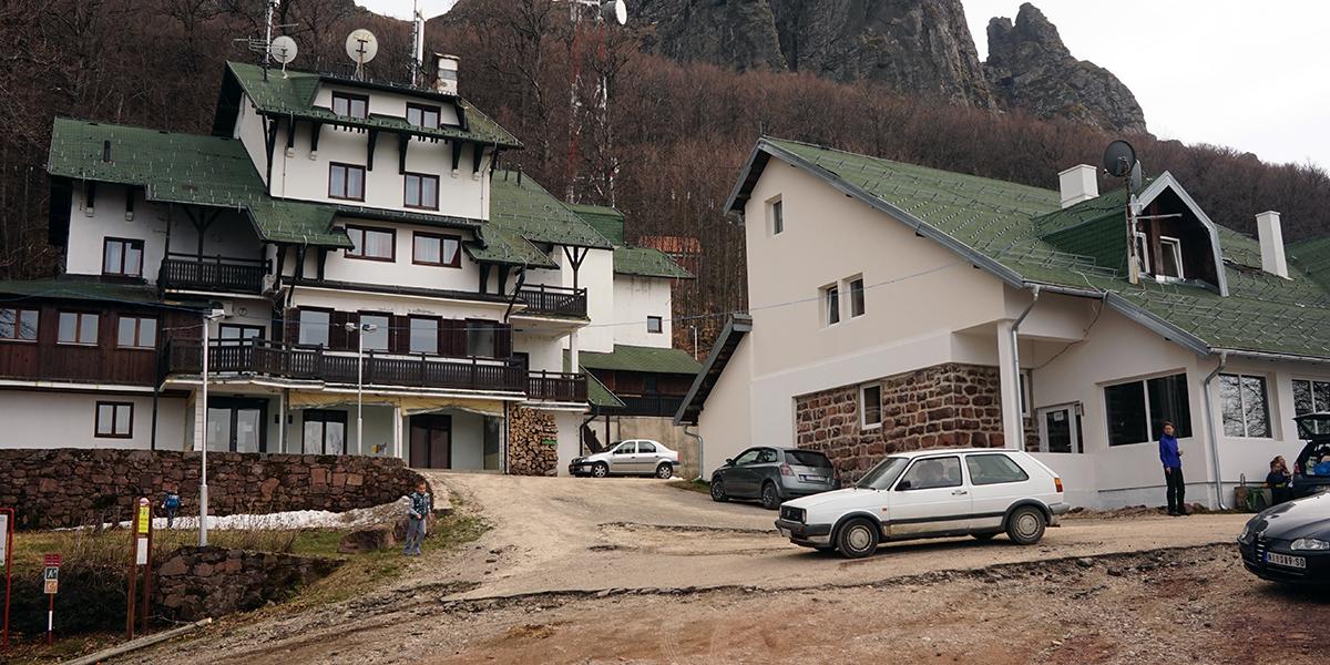 Babin Zub, schronisko i część lokalnego parkingu