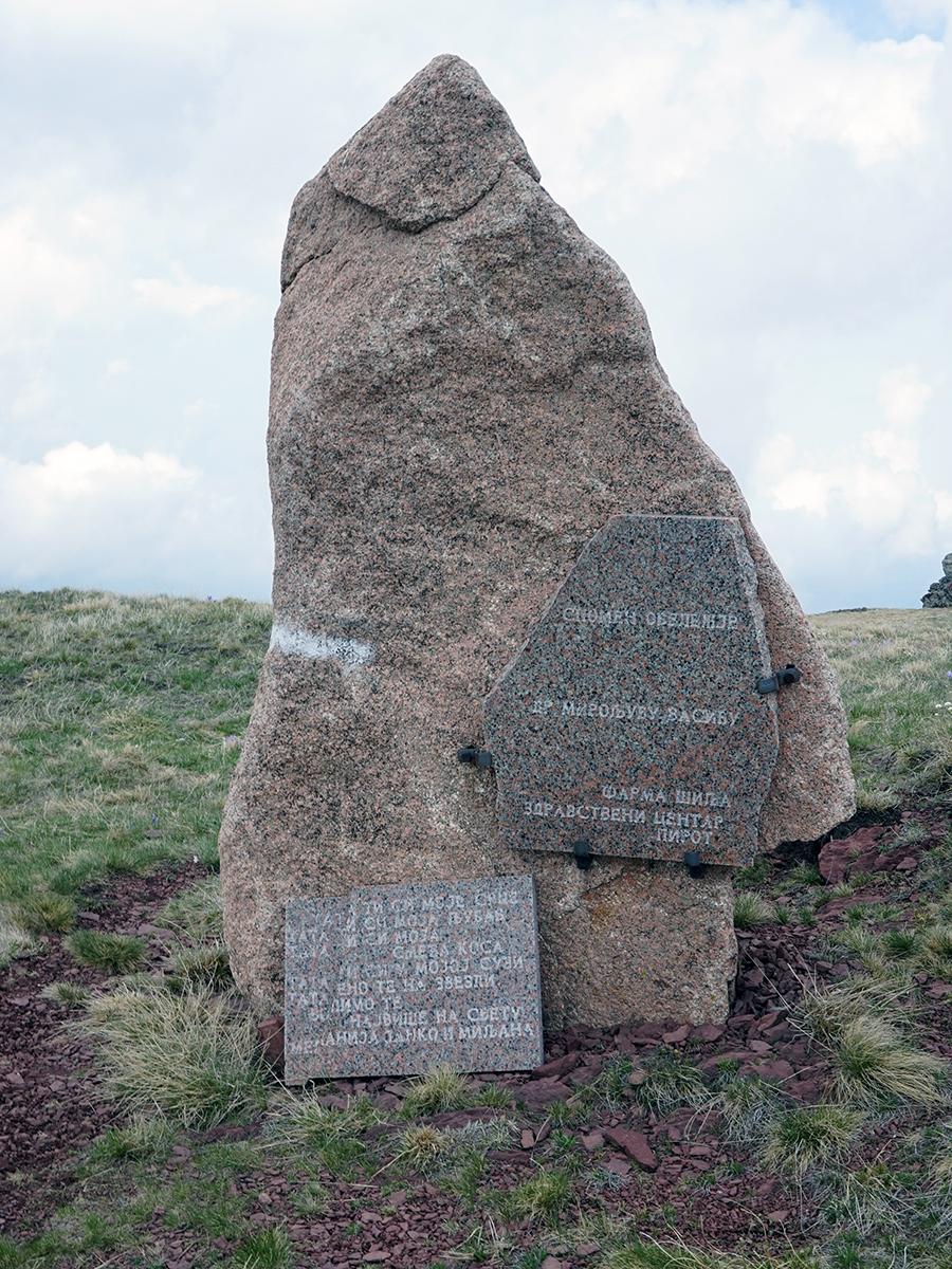 po drodze mijamy obelisk z pamiątkową tablicą