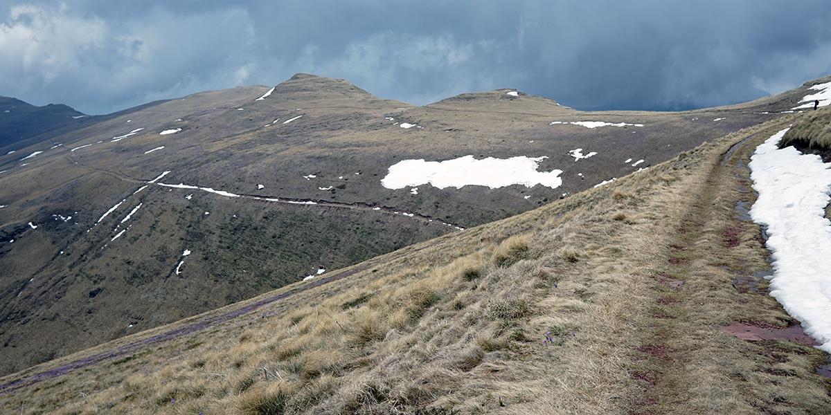 wspomniany zakręt w stronę szczytu, miejscami występują pola śnieżne