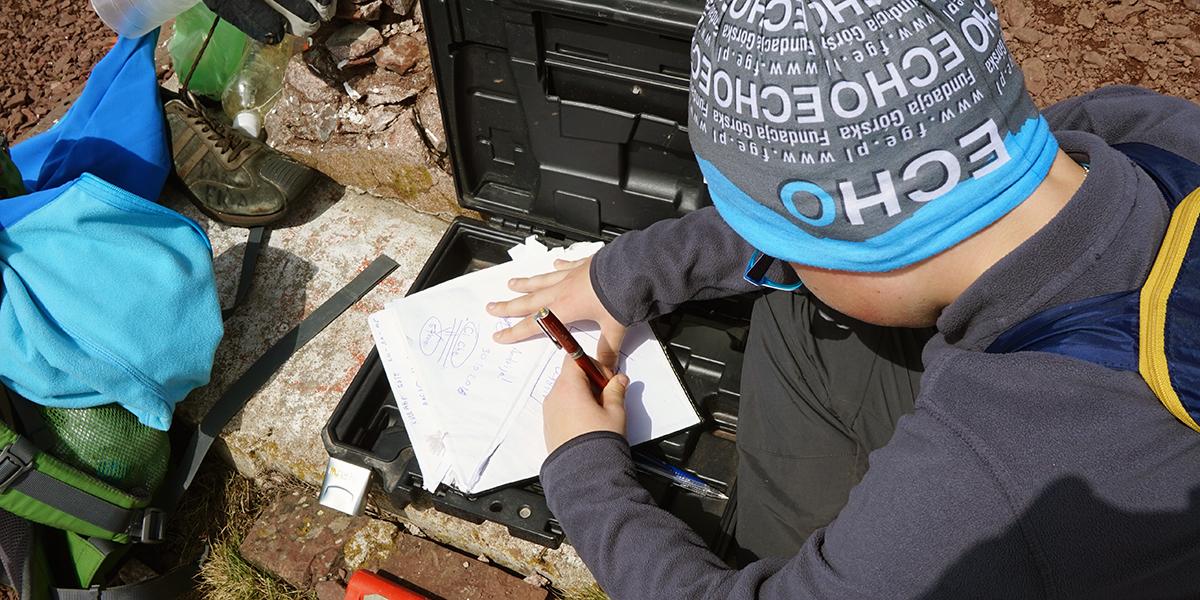 książka wejść, Kajetan podczas dokonywania wpisu