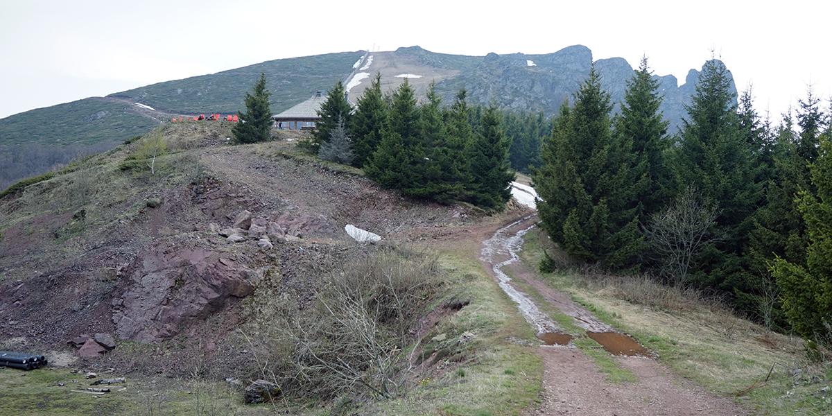 widok na drogę do Babin Zub, po lewej stronie budynek obok wyciągu z charakterystycznymi pomarańczowymi leżakami