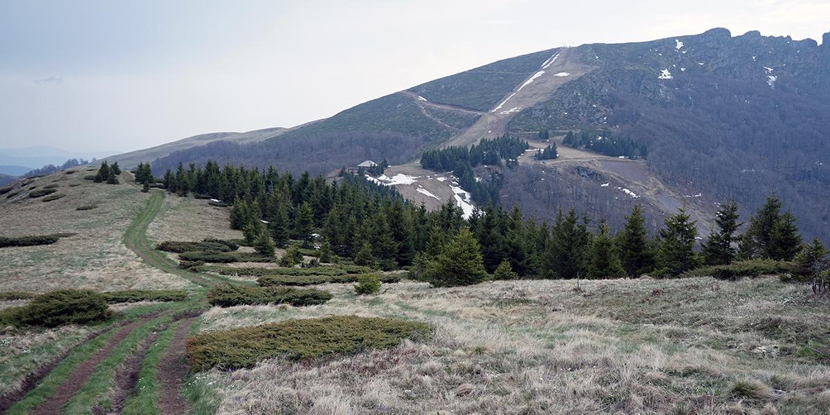 panorama na Babin Zub, pośrodku widać budynek przy wyciągu narciarskim
