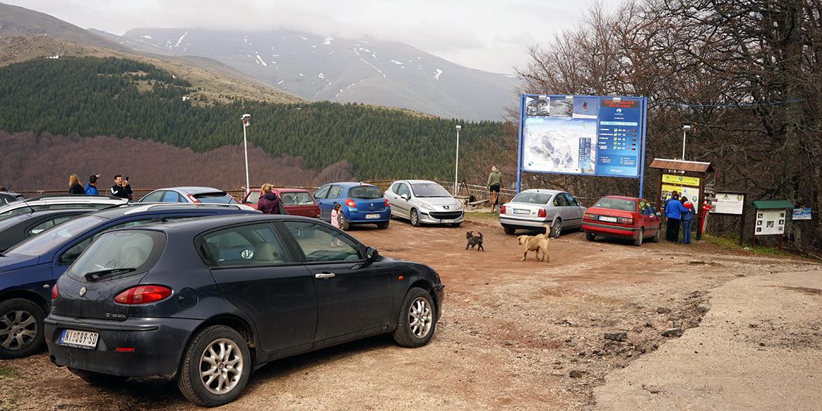 druga część parkingu z punktem widokowym, po prawej stronie wejście na szlak