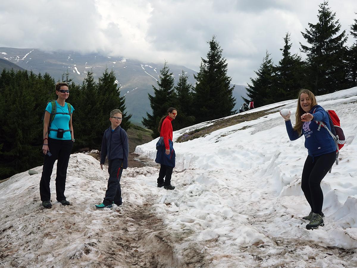 walka na śnieżki w tle po prawej stronie niewidoczna najwyższa góra Serbii - Midżur