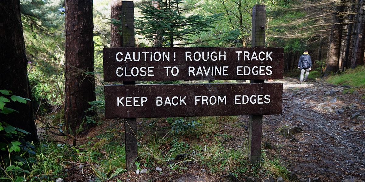 tablica informująca o niebezpieczeństwie na trasie wejścia