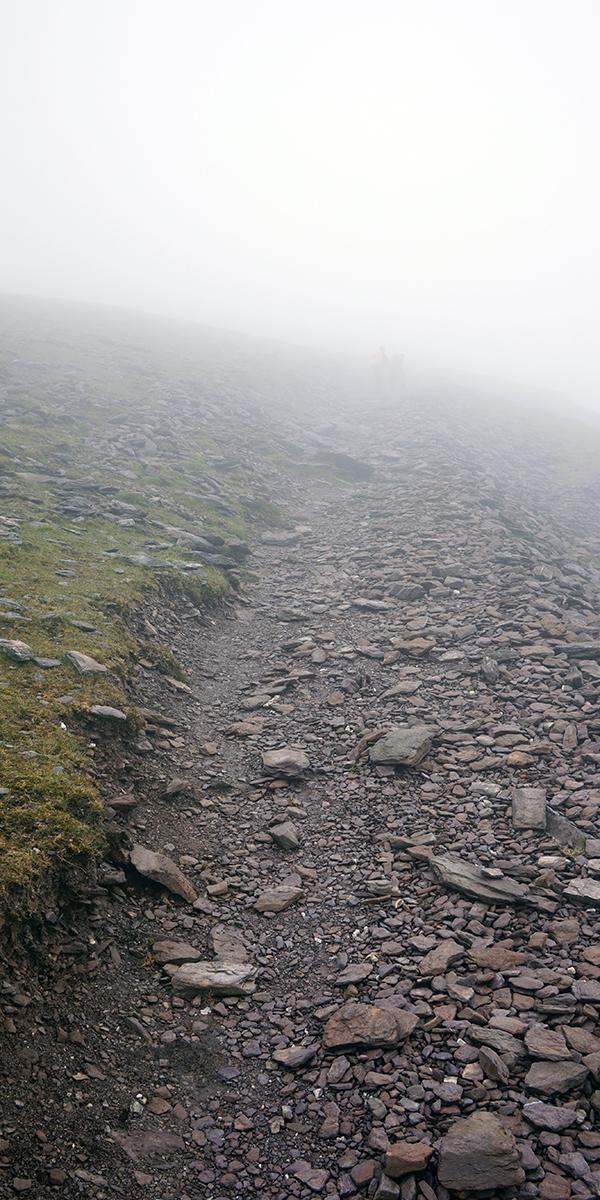atak szczytowy na Carrantuohill (wszechobecna mgła)