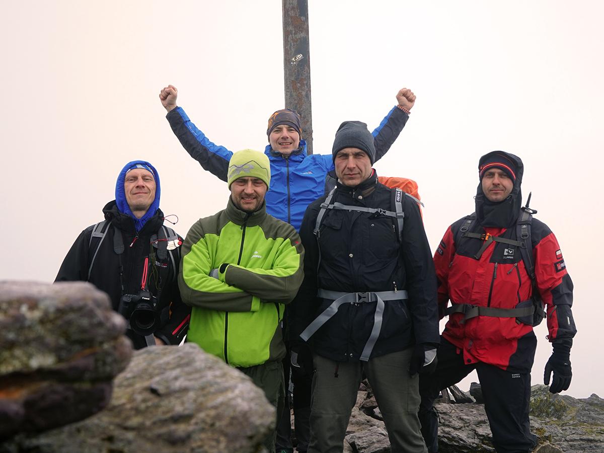 Jurek, Karol, Dawid, Darek i Sebastian, pięciu Polaków na Carrantuohill 1038 m n.p.m., najwyższym szczycie Irlandii