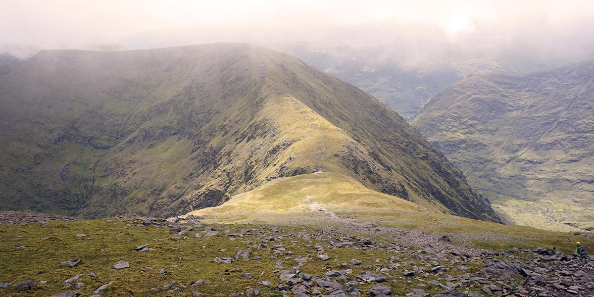 końcowe podejście na szczyt, w tle droga graniowa na Cnoc na Peiste
