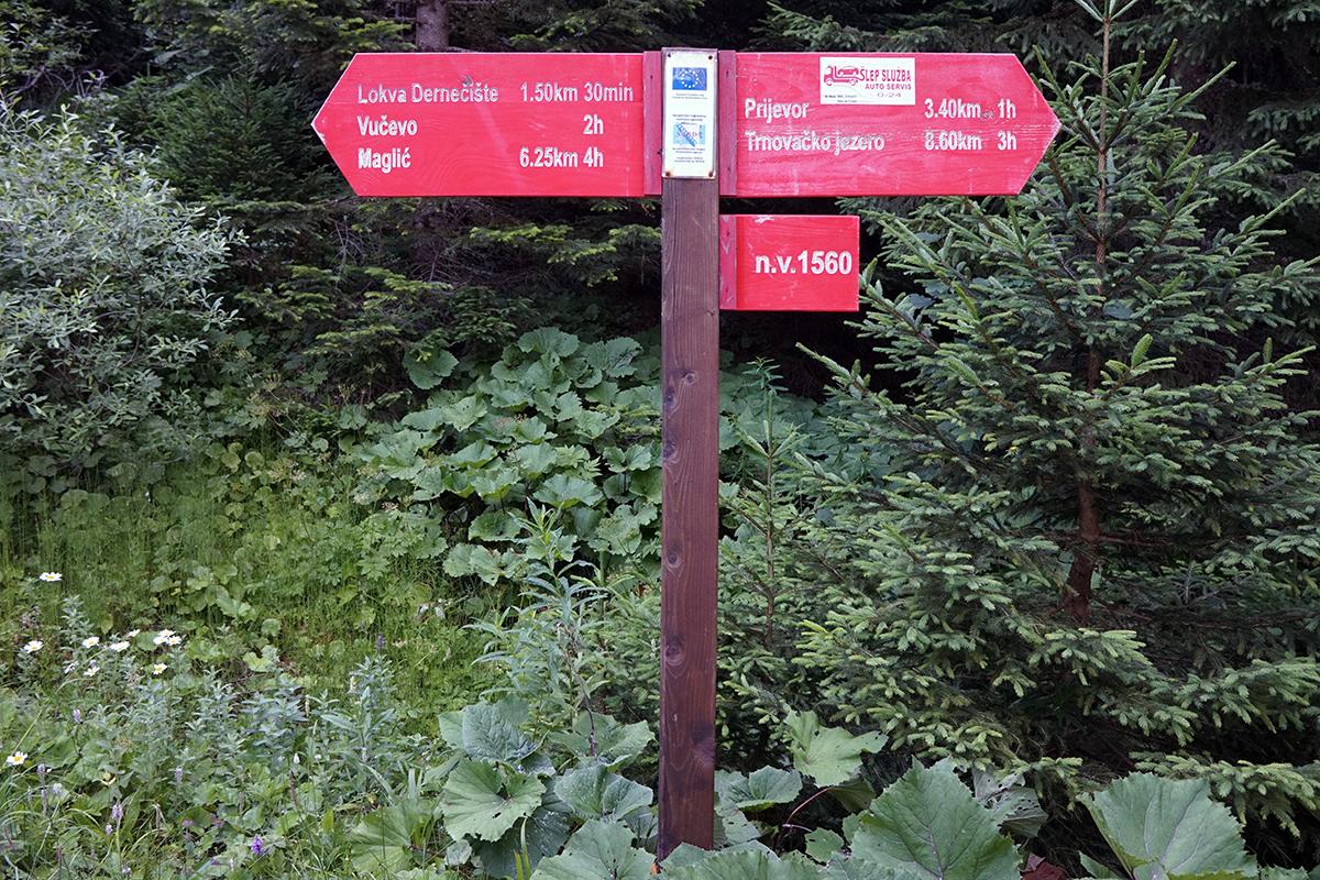 kolejny drogowskaz na wysokości 1560 m n.p.m. w drodze na Maglić