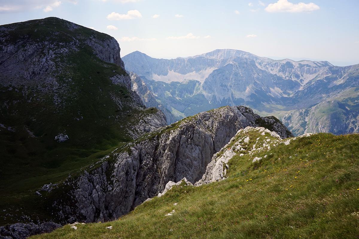 widok na formację skalną po przejściu końcowego komina przed szczytem
