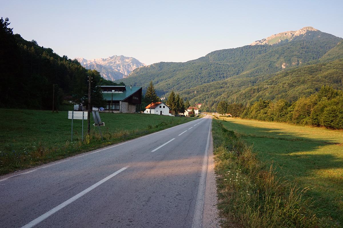 droga dojazdowa na Maglić od strony wjazdu do Tjentište.