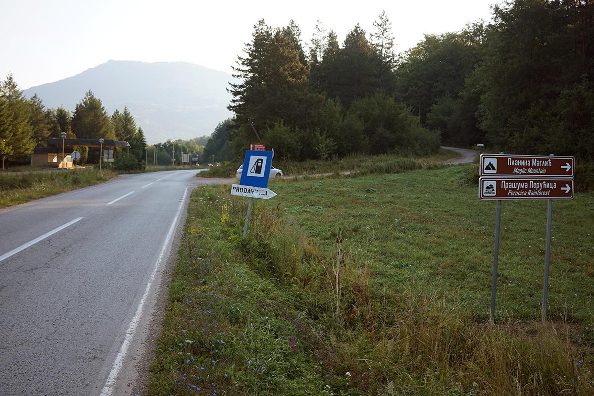 droga dojazdowa na Maglić od strony wjazdu do Tjentište, po prawej stronie oznaczony skręt w prawo na szczyt.