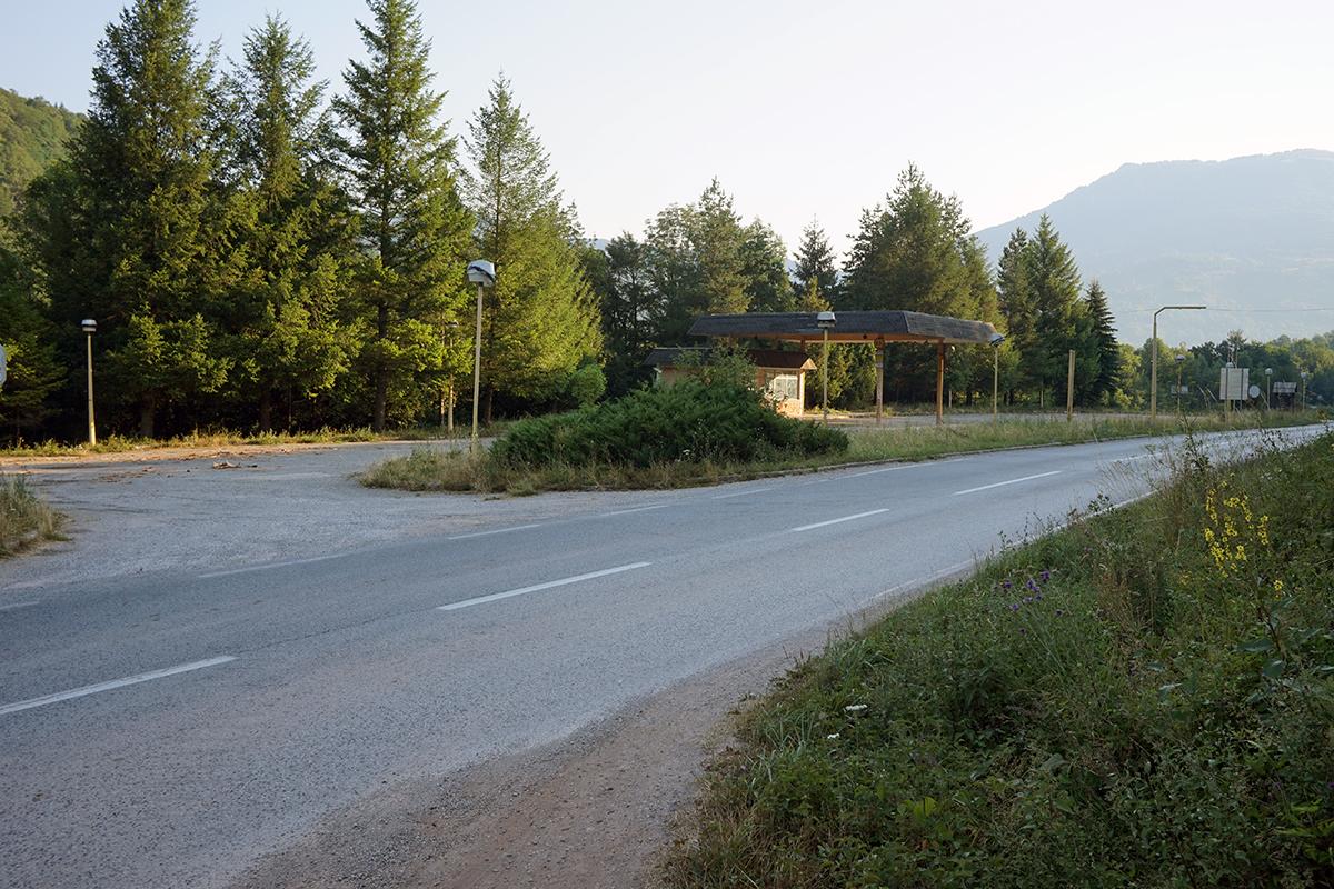 droga dojazdowa na Maglić od strony wjazdu do Tjentište, w tle nieczynna stacja benzynowa.