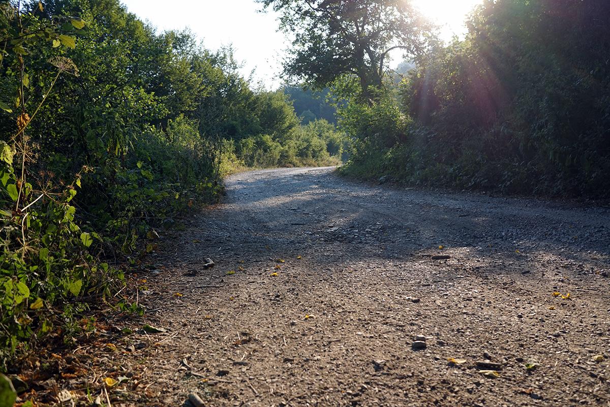 pierwszy odcinek drogi na Maglić, przez szlabanem