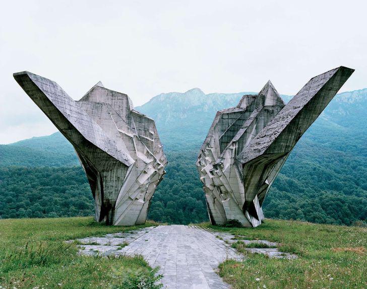 pomnik wojenny wg projektu Miodraga Živkovića w Tjentište (źródło: http://ciekawe.org/2015/04/20/socrealistyczne-pomniki-niczym-relikty-obcej-cywilizacij/)