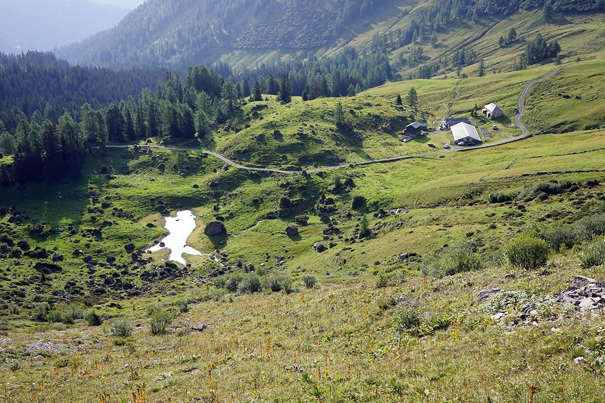 zabudowania w dole doliny, widok z trawersu góry Gleggkamm