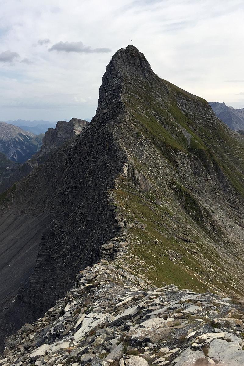 końcowa grań na Grauspitz w tle Hinter Grauspitz (widok ze szczytu)