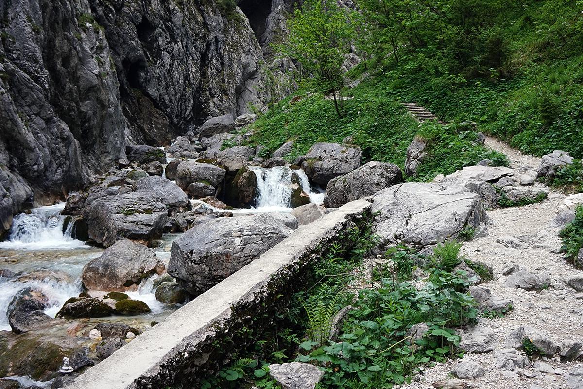 wyjście z wąwozu Höllental w tle droga do schroniska Höllentalangerhütte