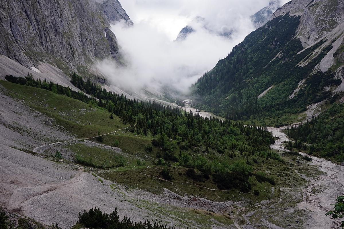 widok na dolinę Höllental z widoczną drogą do schroniska Höllentalangerhütte