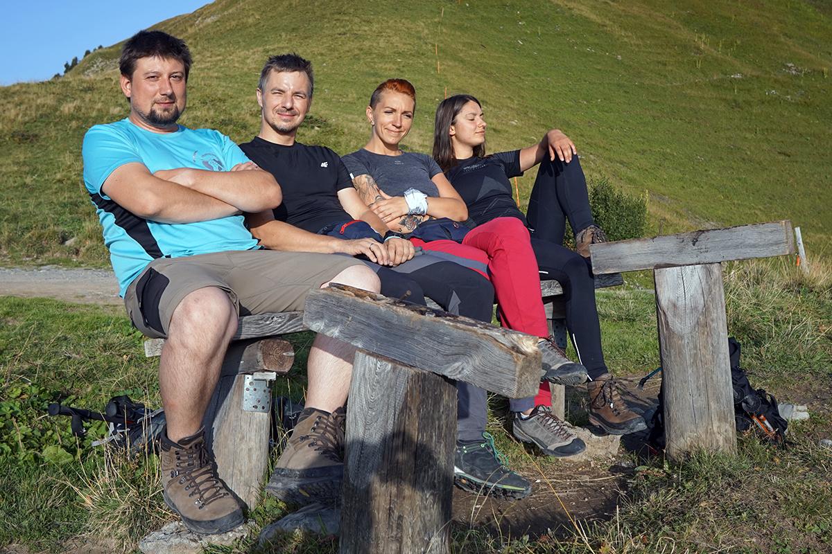 ławeczka widokowa, a na niej: Michał, Dawid, Justyna i Dominika