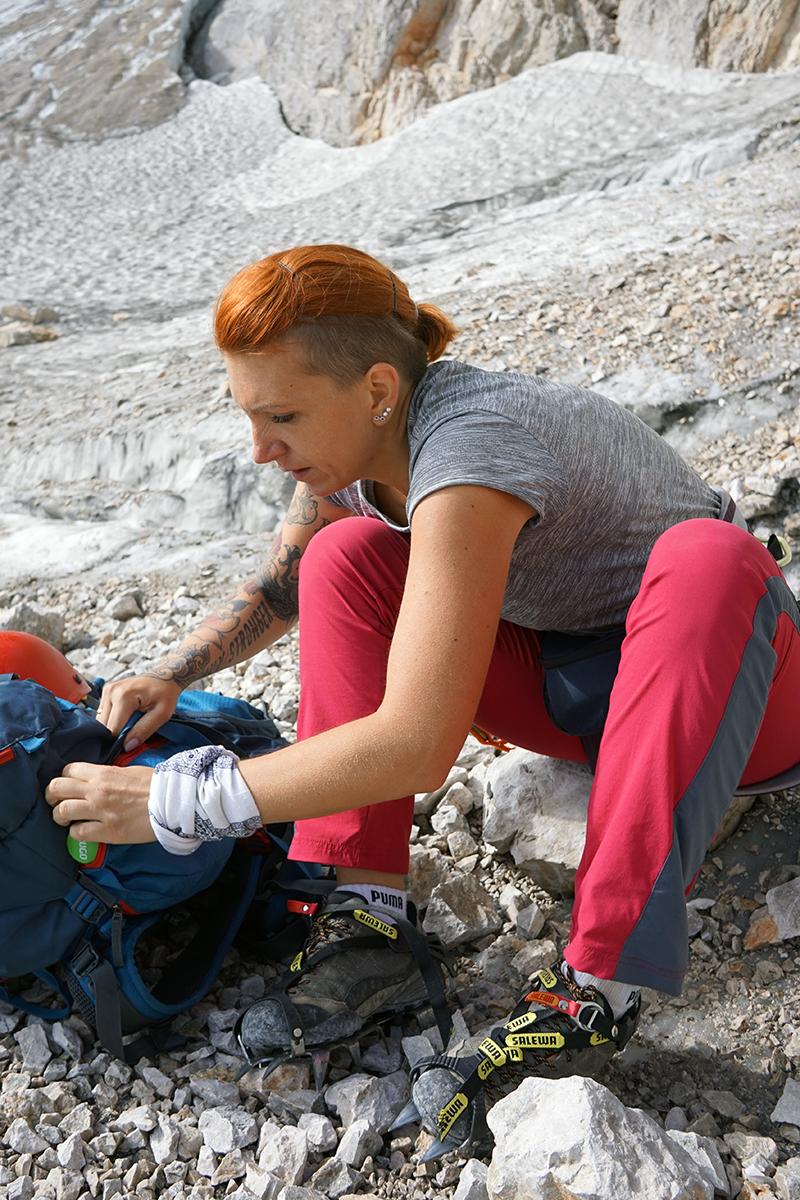 Justyna ubiera raki na lodowiec